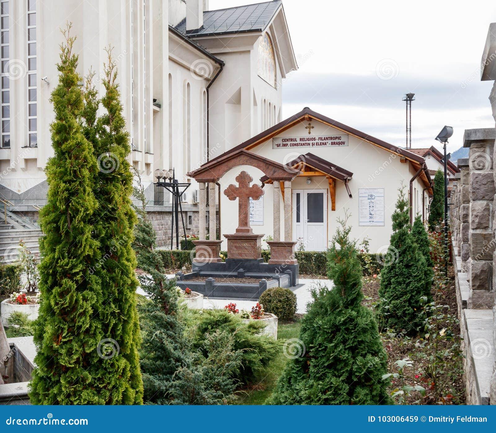Frammento del cortile della chiesa ortodossa degli imperatori santi Costantina e Helena su Alexandru Odobescu Street nel Braso