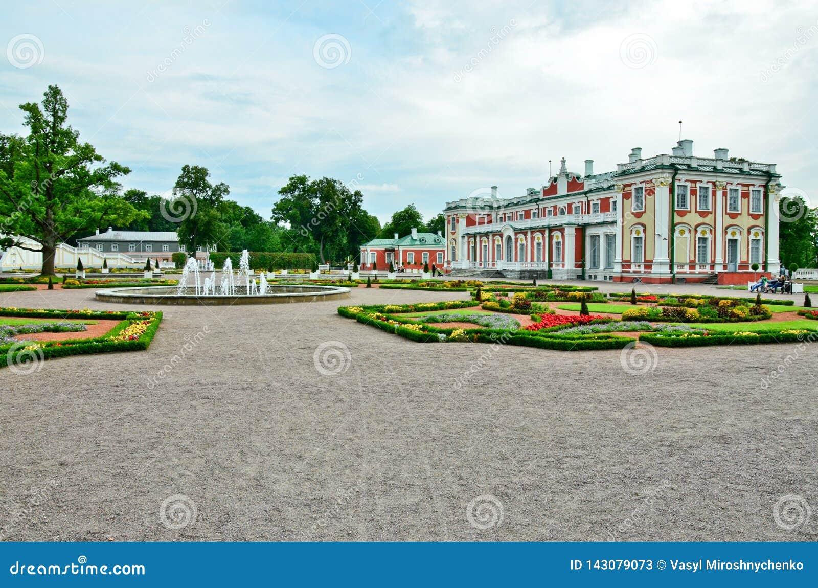 Frammento del palazzo di Kadriorg dell insieme del parco e del palazzo