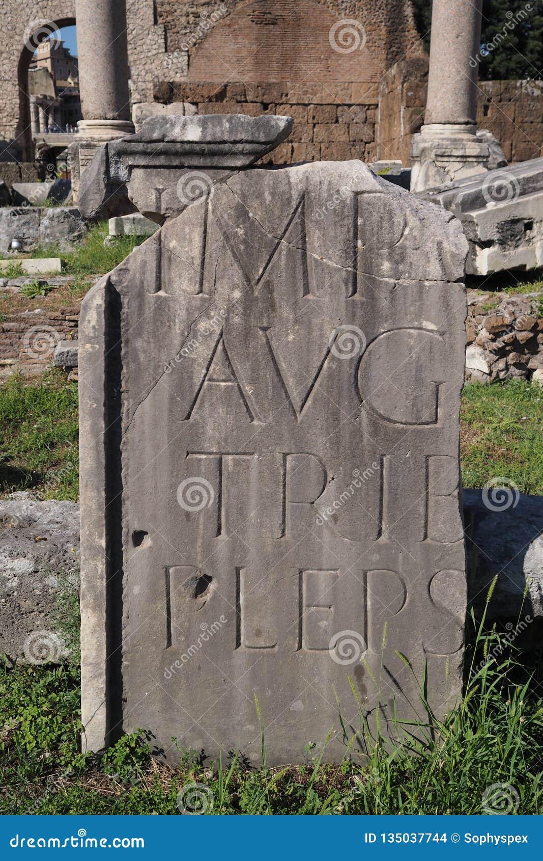 Frammento di una pietra con lo scritto latino