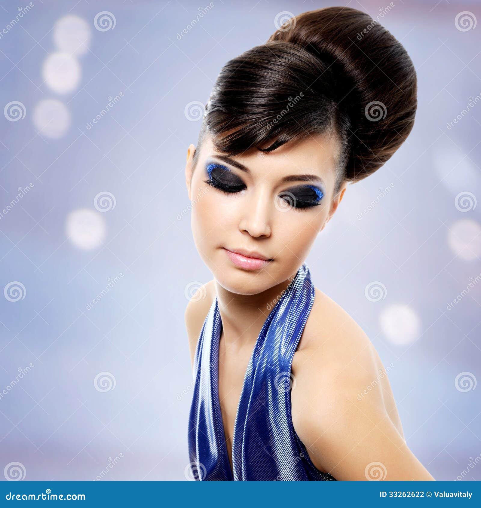 Framsida av den härliga kvinnan med modefrisyren och glamourmakeu
