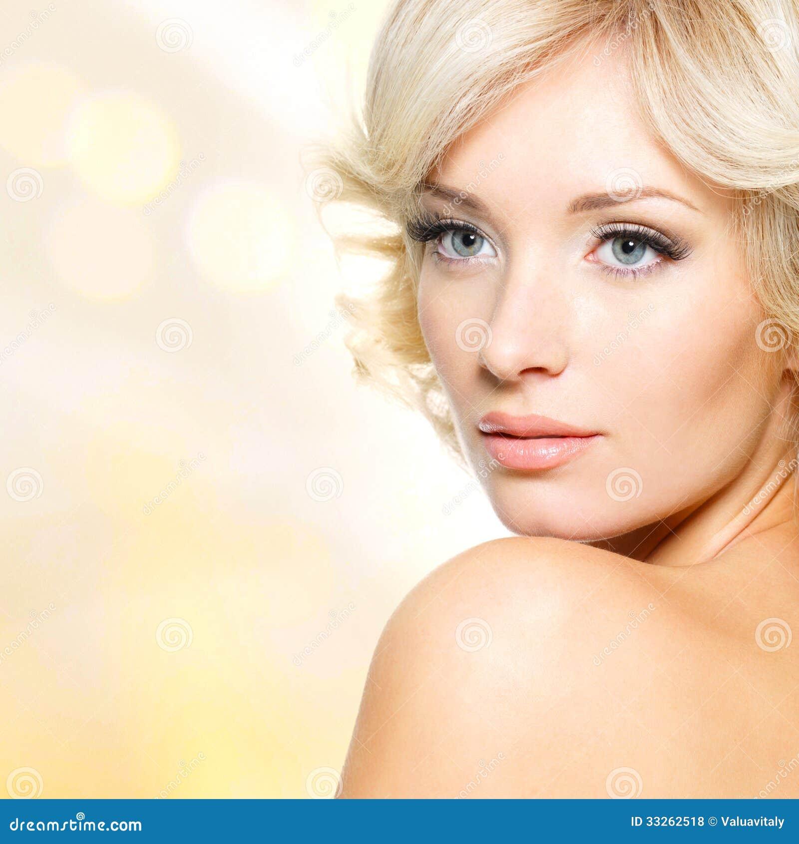 Framsida av den härliga kvinnan med vitt hår