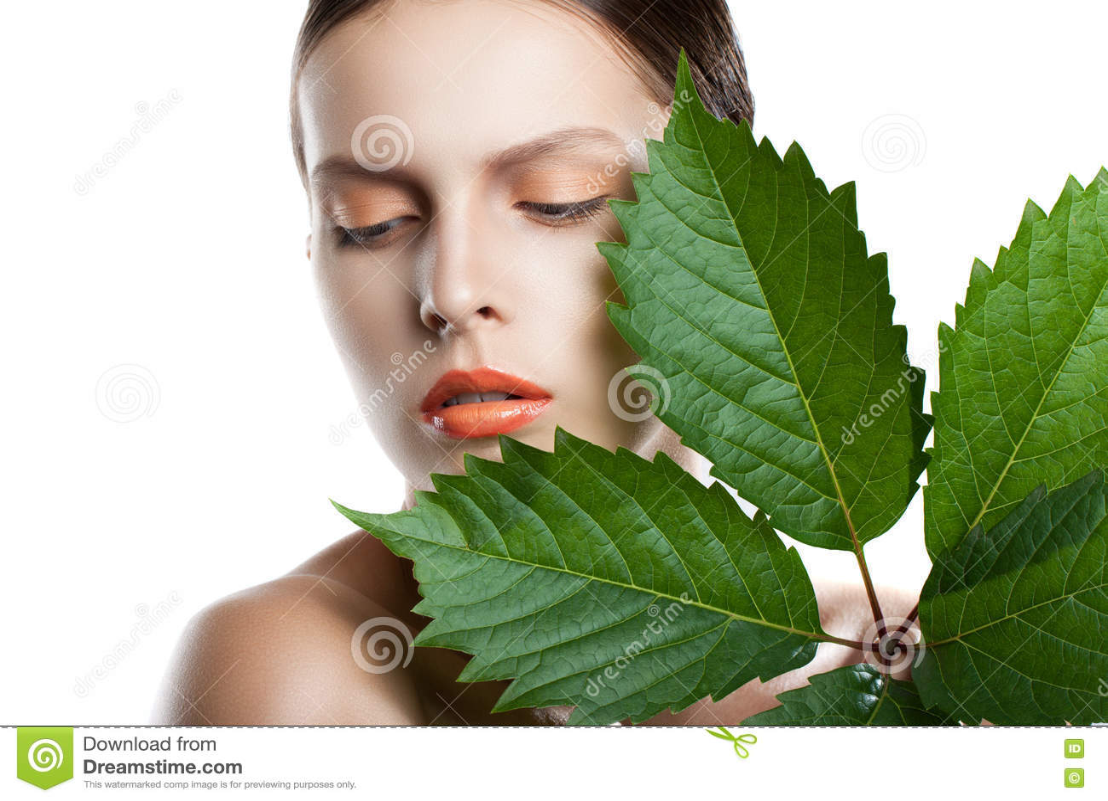 Framsida för ståendeskönhetkvinna Härlig modell Girl med perfekt ny ren hud Flickan med gräsplan lämnar