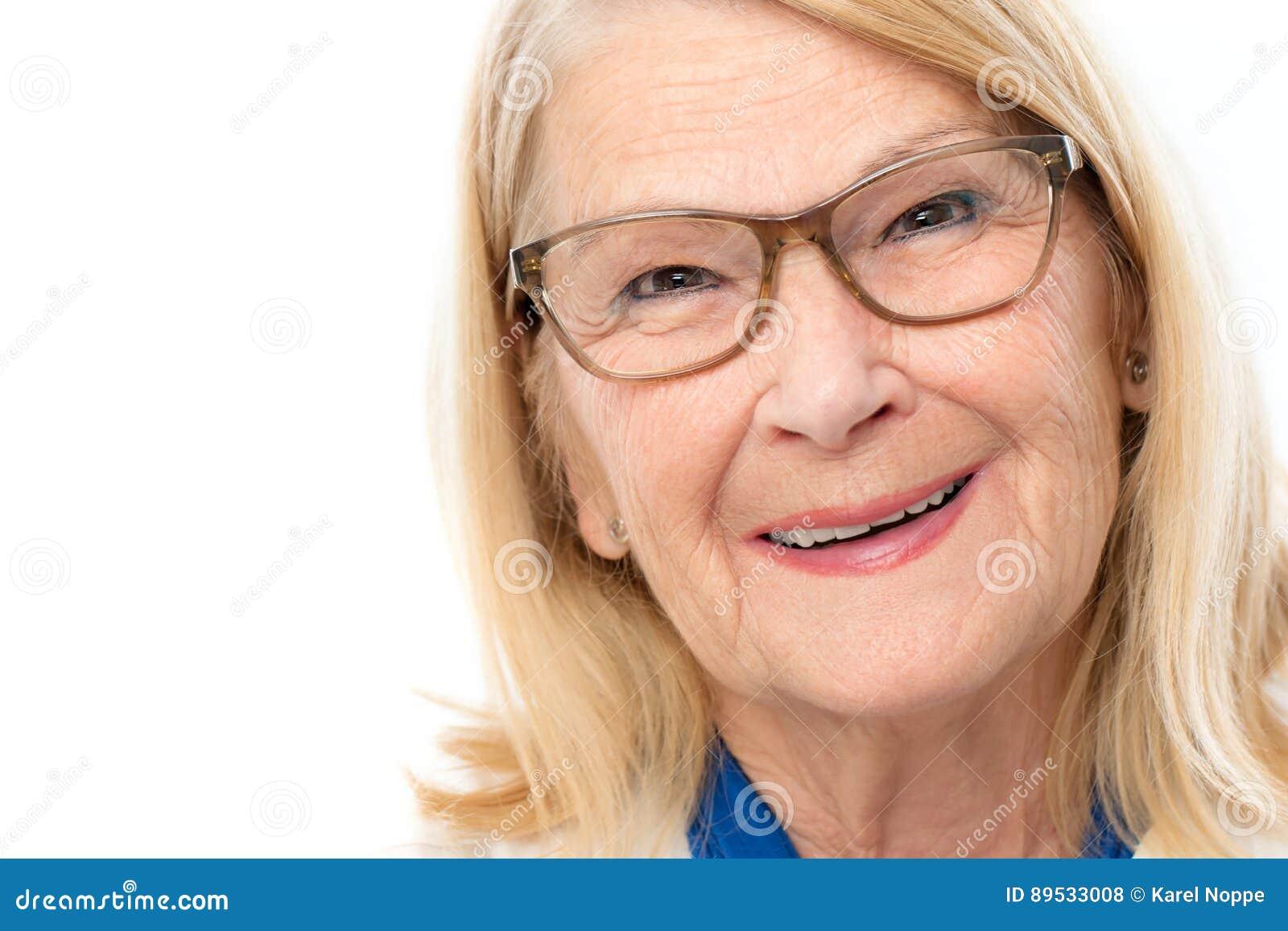 Framsida som skjutas av attraktiv hög kvinna