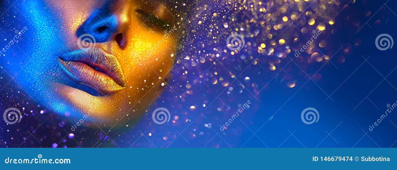 Framsidan f?r kvinnan f?r modemodellen i ljust mousserar, f?rgrika neonljus, h?rliga sexiga flickakanter Moderiktig glödande guld