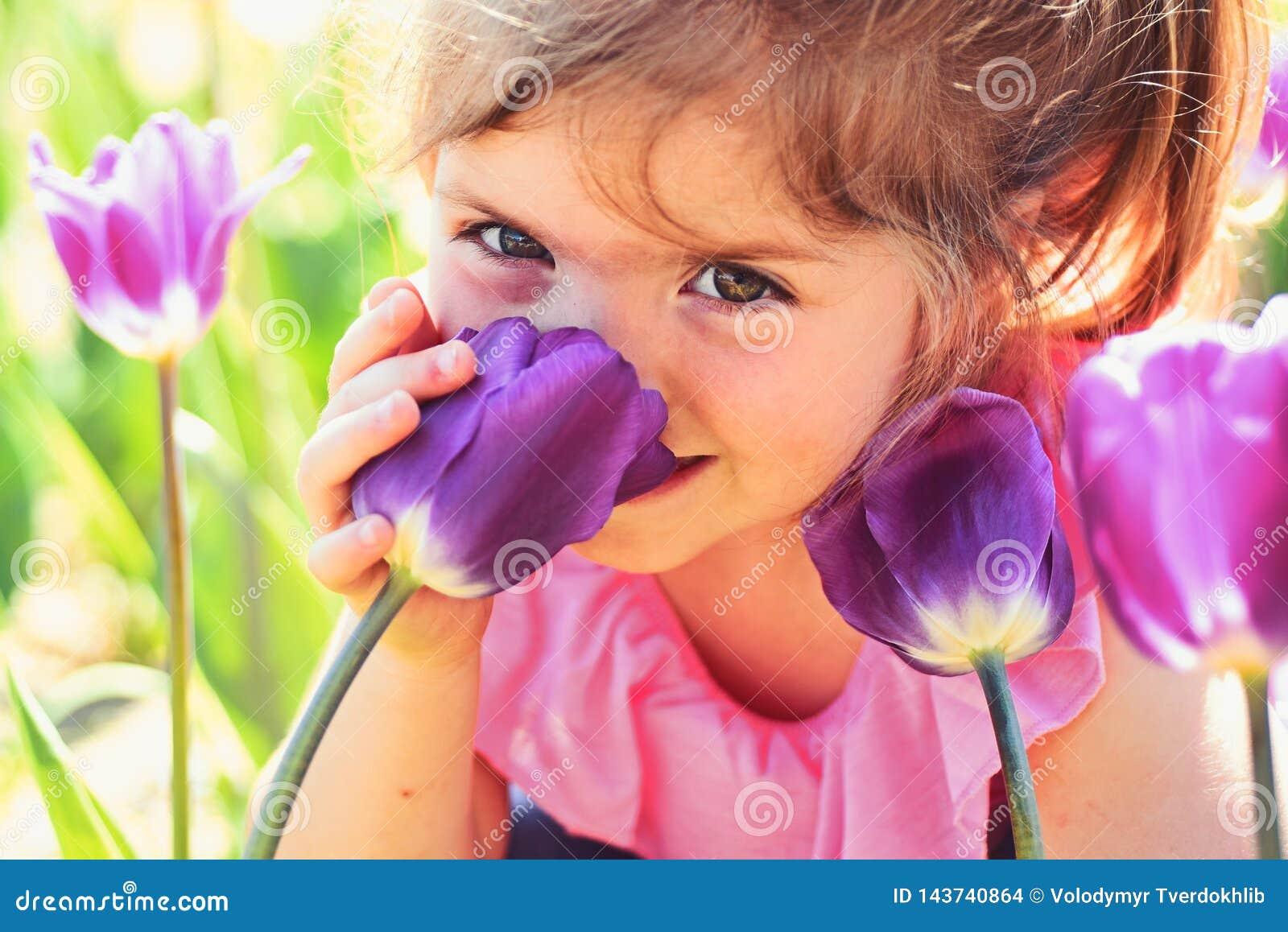 Framsidaskincare allergiblommor till V?rtulpan mode f?r flicka f?r sommar f?r v?derprognos lycklig barndom little