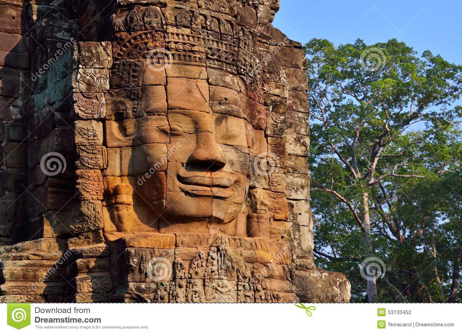 Framsidor av den forntida Bayon templet i Siem Reap