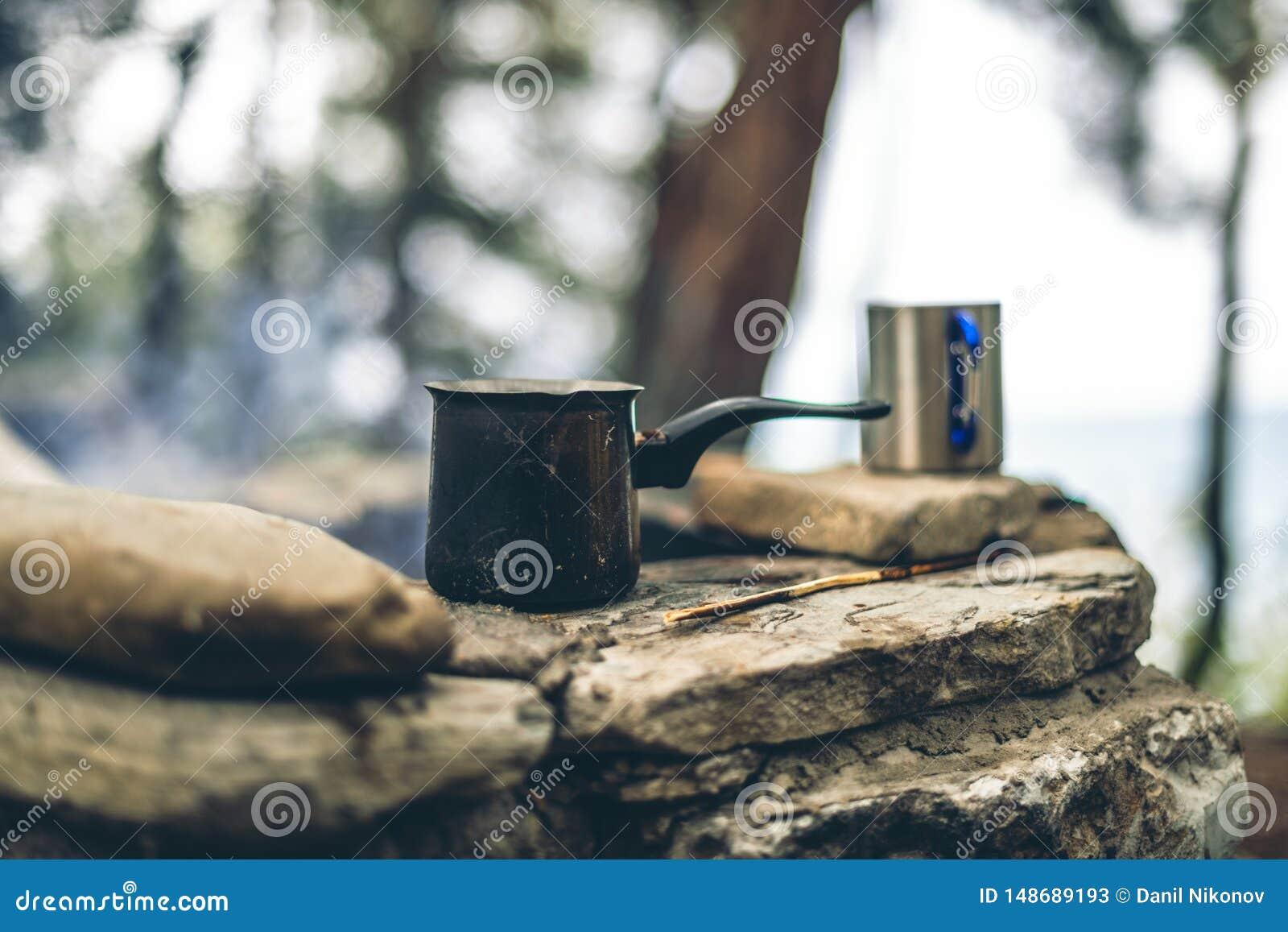 Framst?llning av kaffe i cezve p? spisen, n?r campa eller fotvandra kaffe p? l?gereld