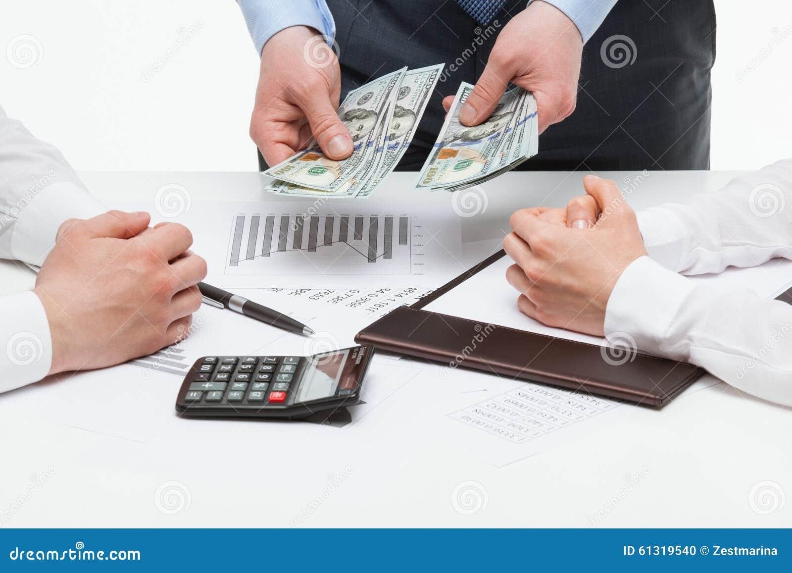 Framstickande som tilldelar pengar bland kollaboratörer