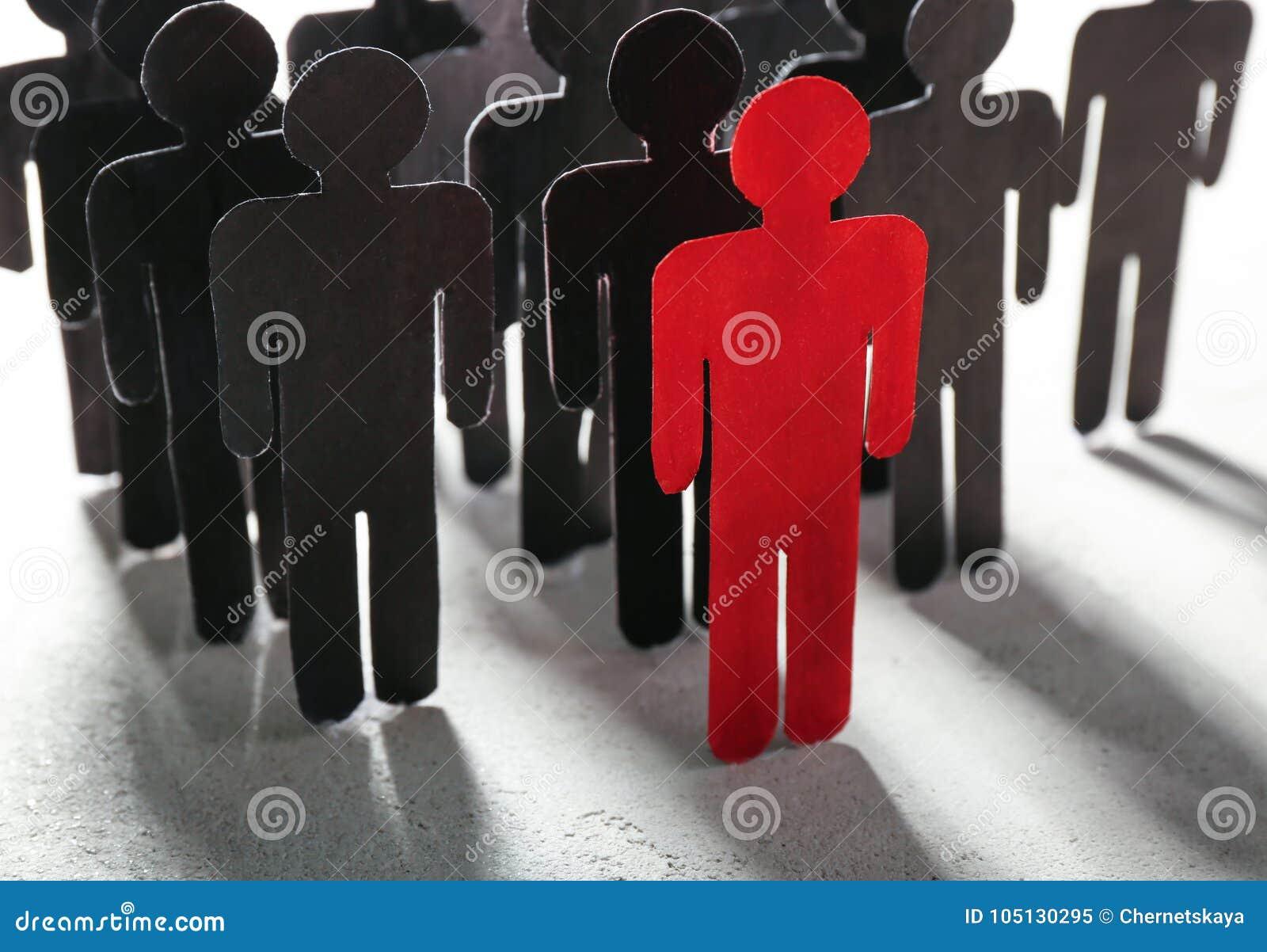 Framstickande vs ledarebegrepp Folkmassa av människadiagram bak rött