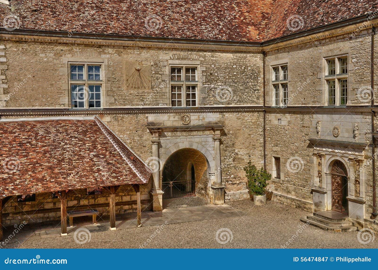 França, o castelo pitoresco de Le Clos de Vougeot em Bourgogn