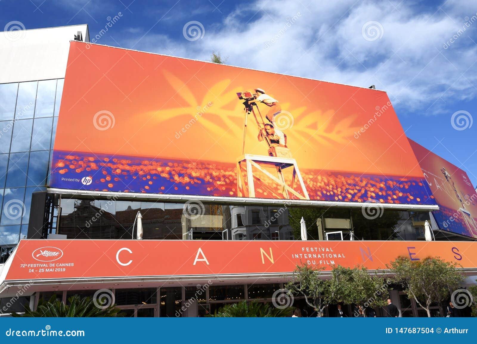 França, o palácio do festival de Cannes nas cores do 72th festival internacional do filme