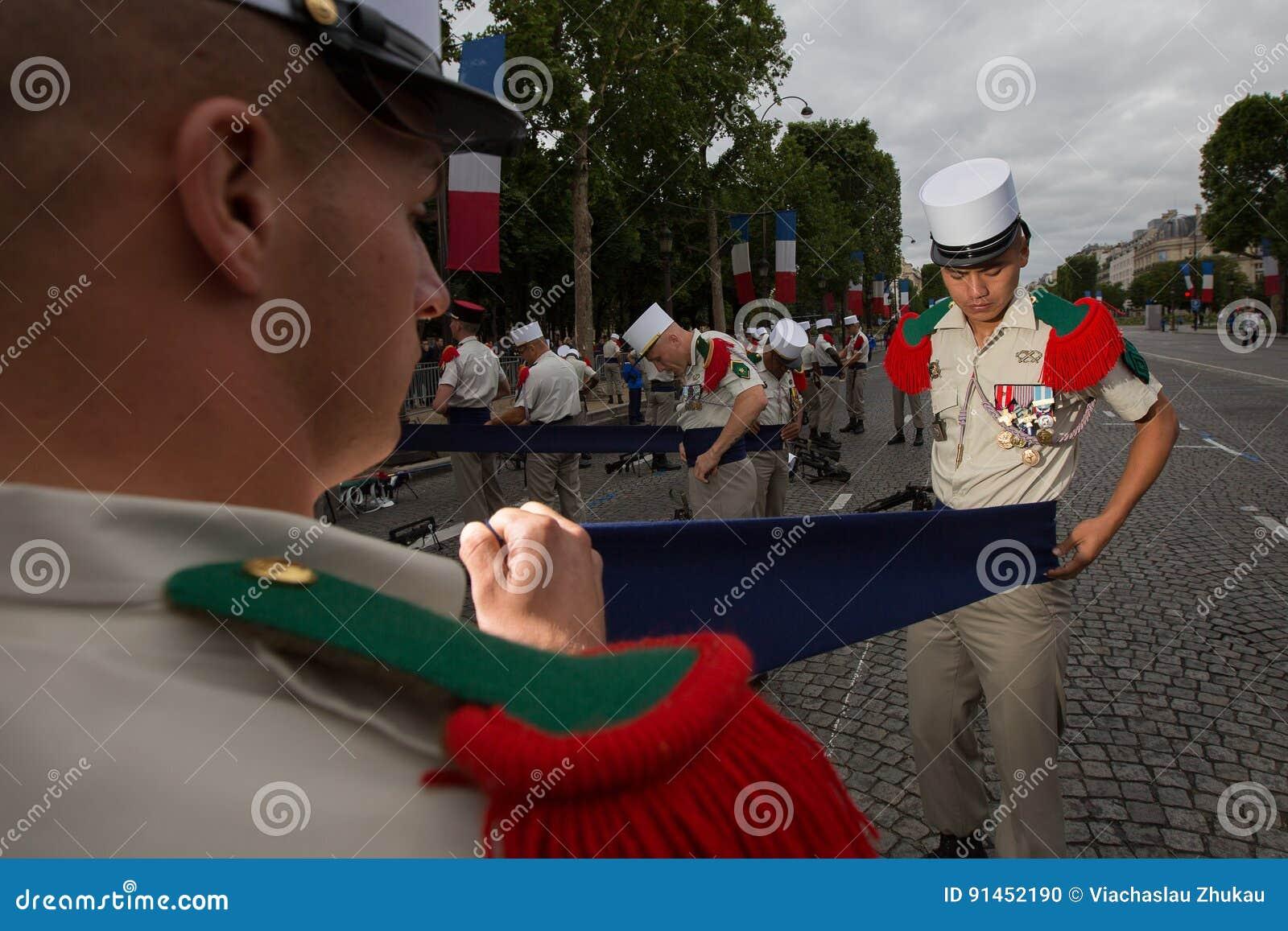 Francja, Paryż - 14 2011 Lipiec Legionnairescarry out ostatni przygotowania przed paradą na czempionach Elysees