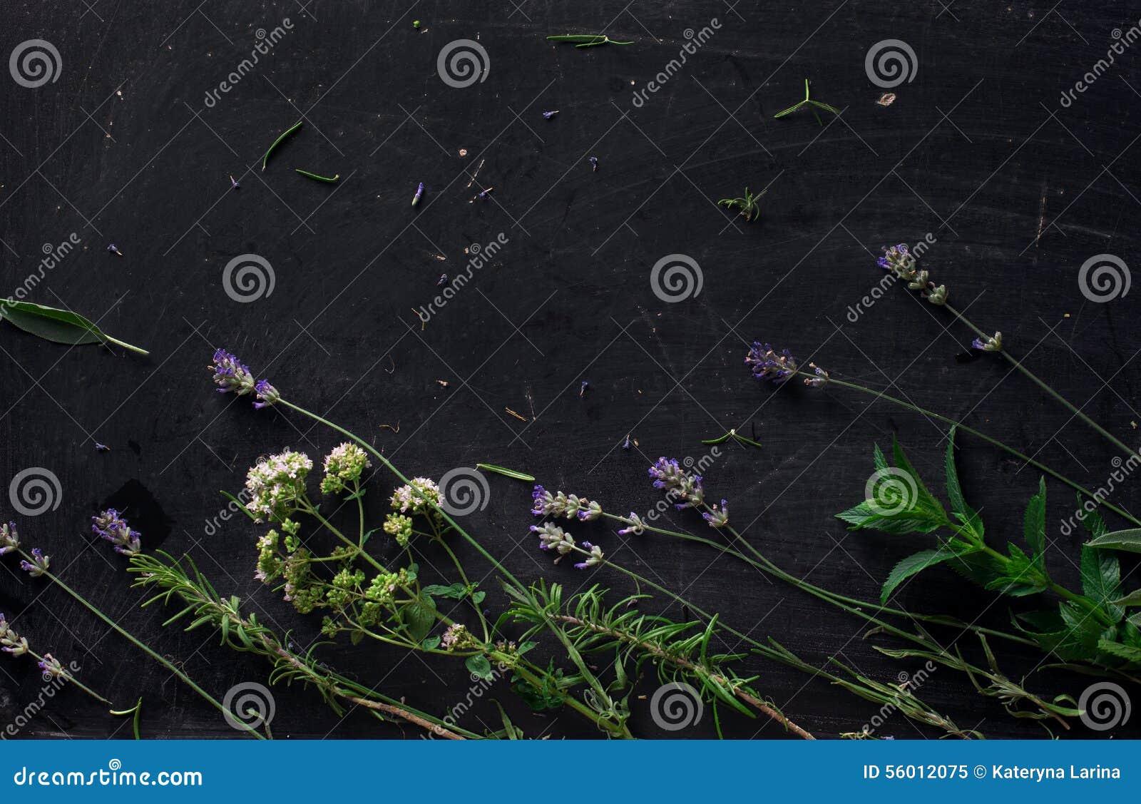 Francuscy ziele na czarnym biurku