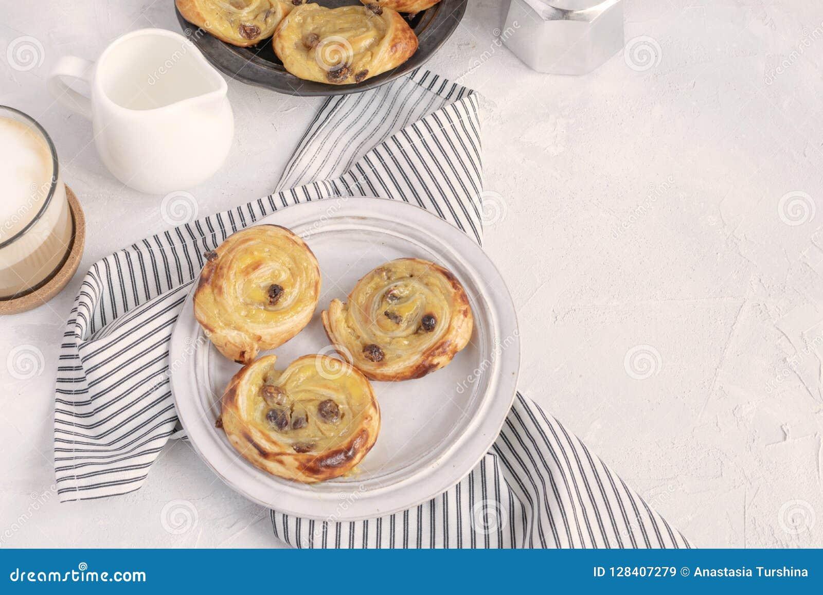 Francuski śniadanie - bólowe aux rodzynki, cappuccino, dojny miotacz