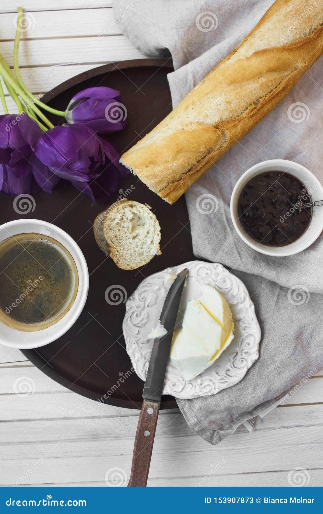 Francuski śniadanie z kawą, dżemem i baguette,