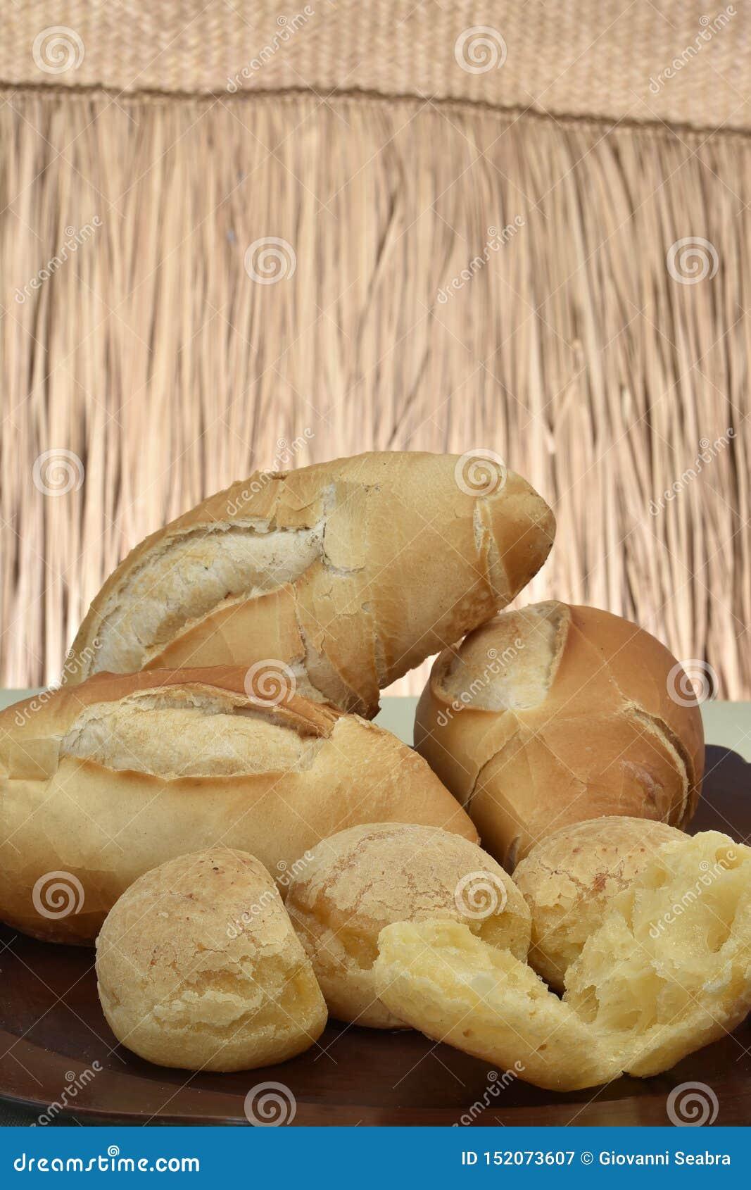Francuski chleb i sera chleb na talerzu z czerwonym tłem