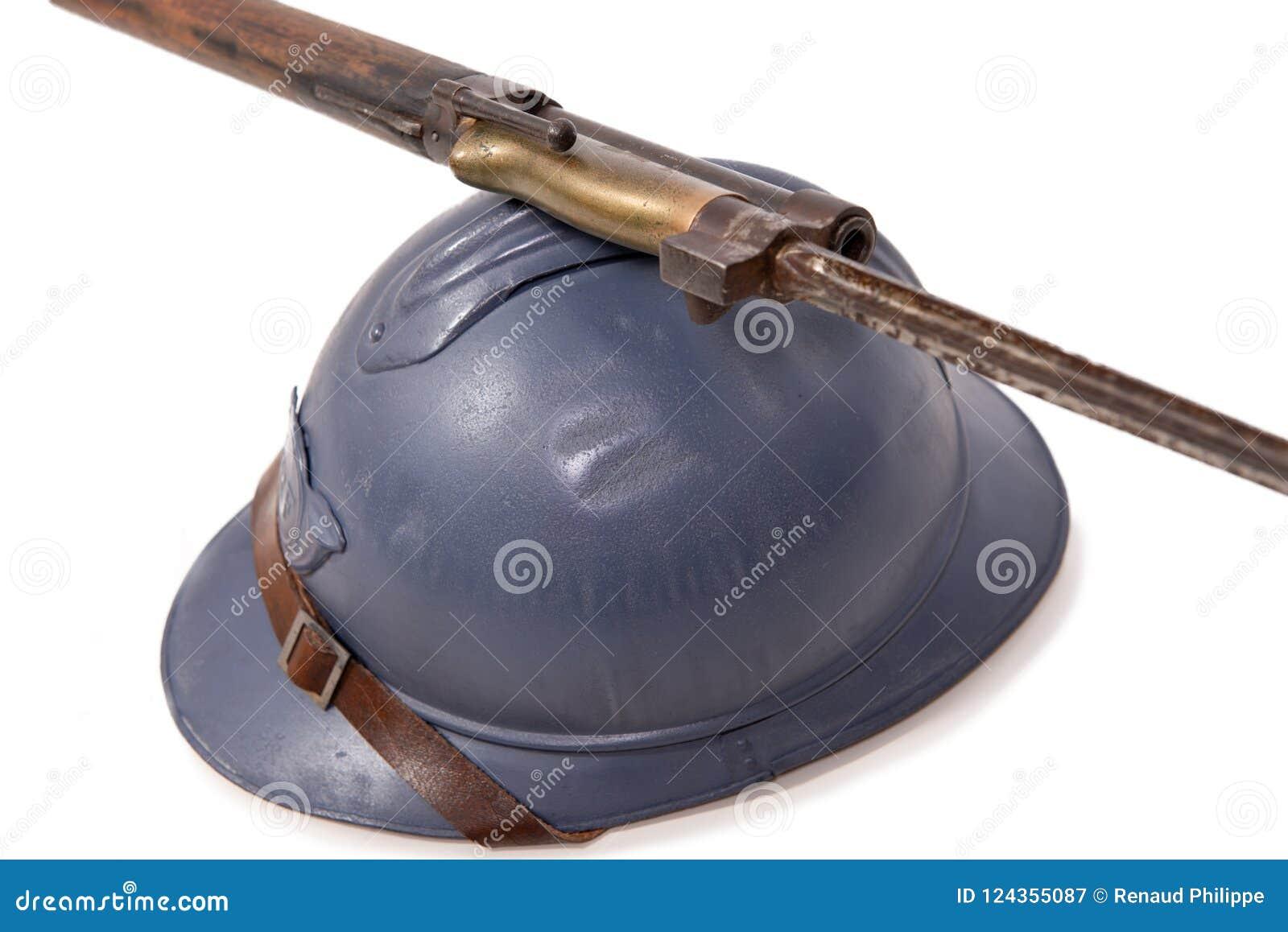 Francuski militarny hełm Pierwszy wojna światowa na białym backgroun
