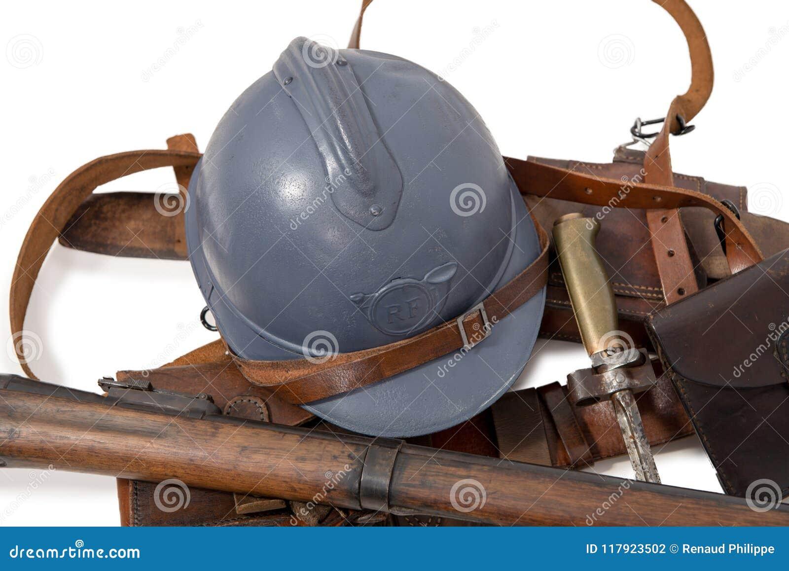 Francuski militarny hełm Pierwszy wojna światowa z wyposażeniem dalej