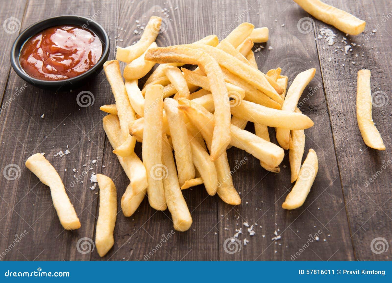 Francuzów dłoniaki z ketchupem na drewnianym tle