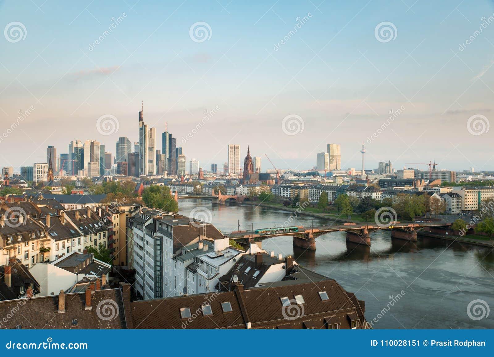 Frankfurt-am-Main Beeld van de horizon van Frankfurt-am-Main bij ochtend