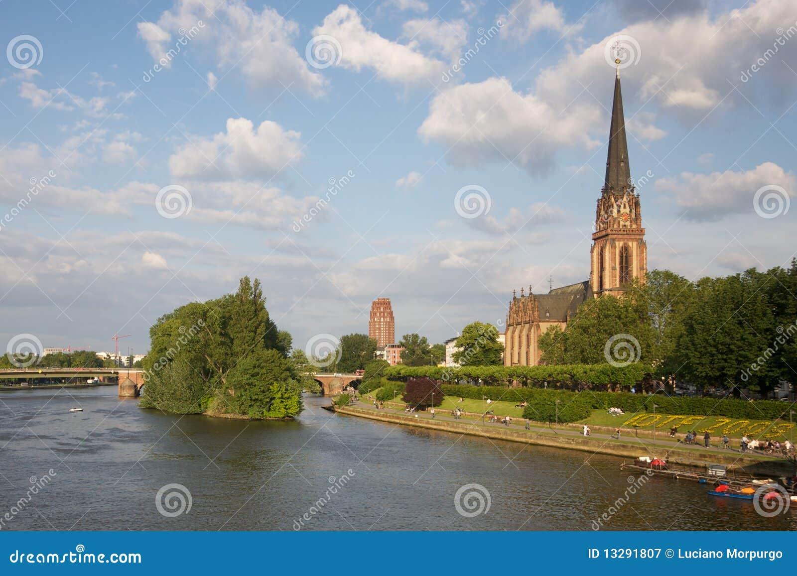 Frankfurt-am-Main: iglesia en el río - Alemania