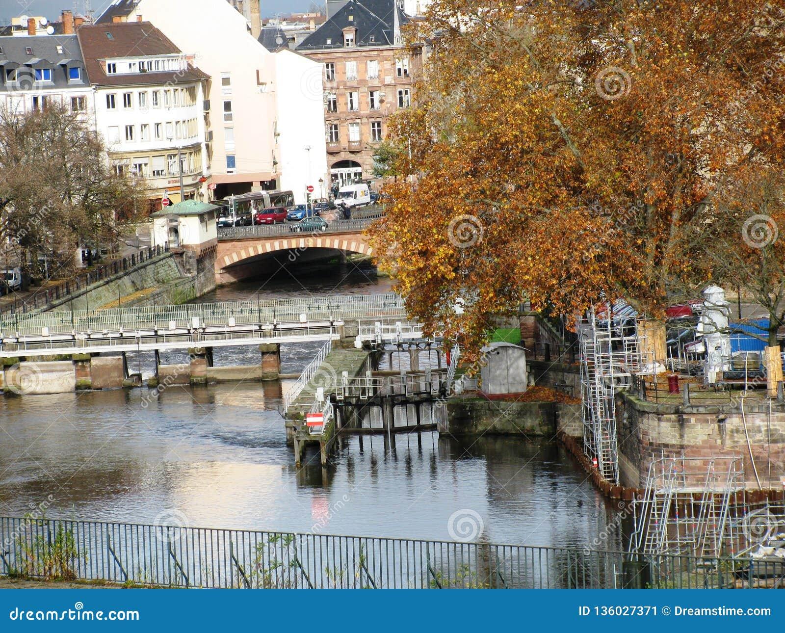 Frankreich straßburg Brücke über dem Fluss