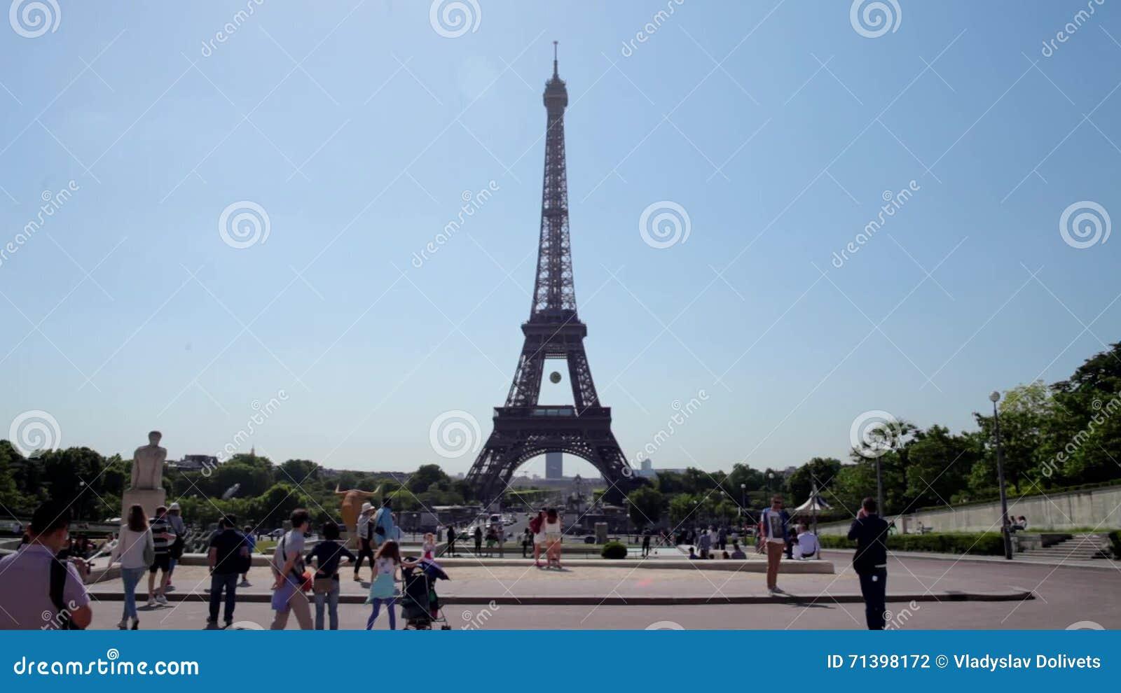 Beroemde Mensen In Parijs.Frankrijk Parijs Juni 8 2015 Mensen Voor De Beroemde Toren Van