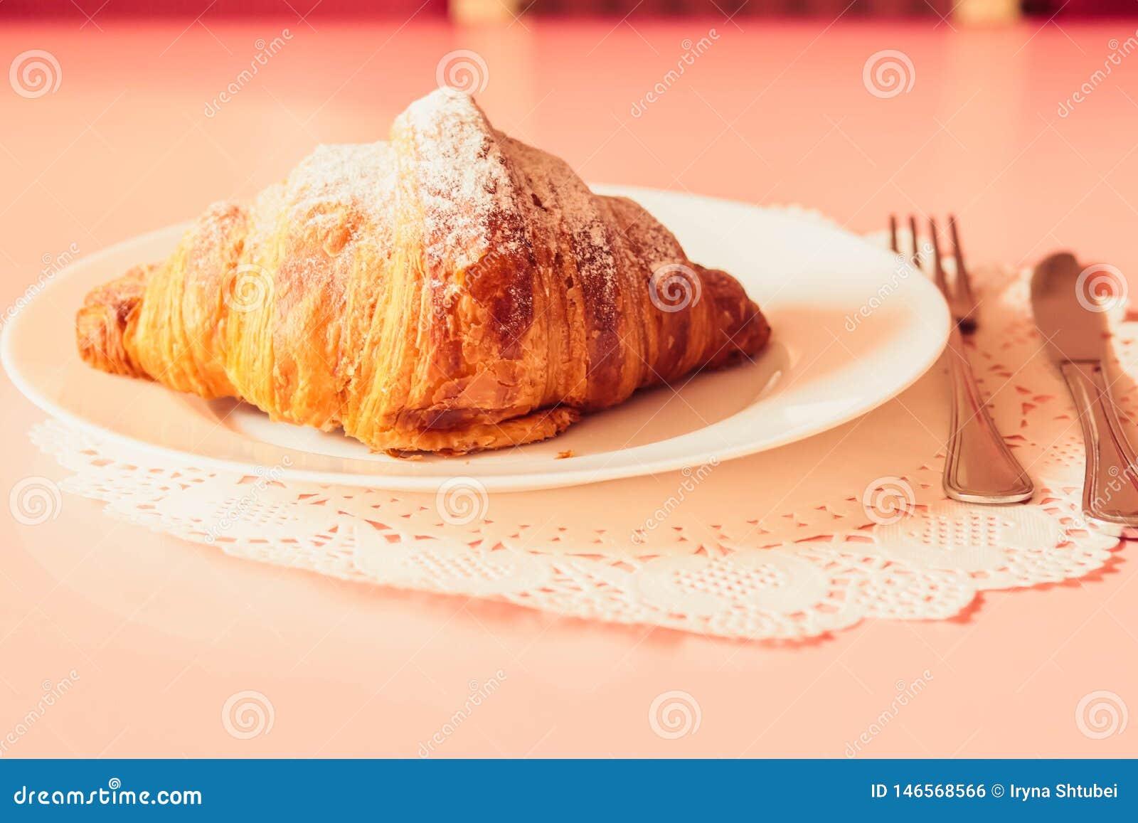 Frans croissant op een plaat