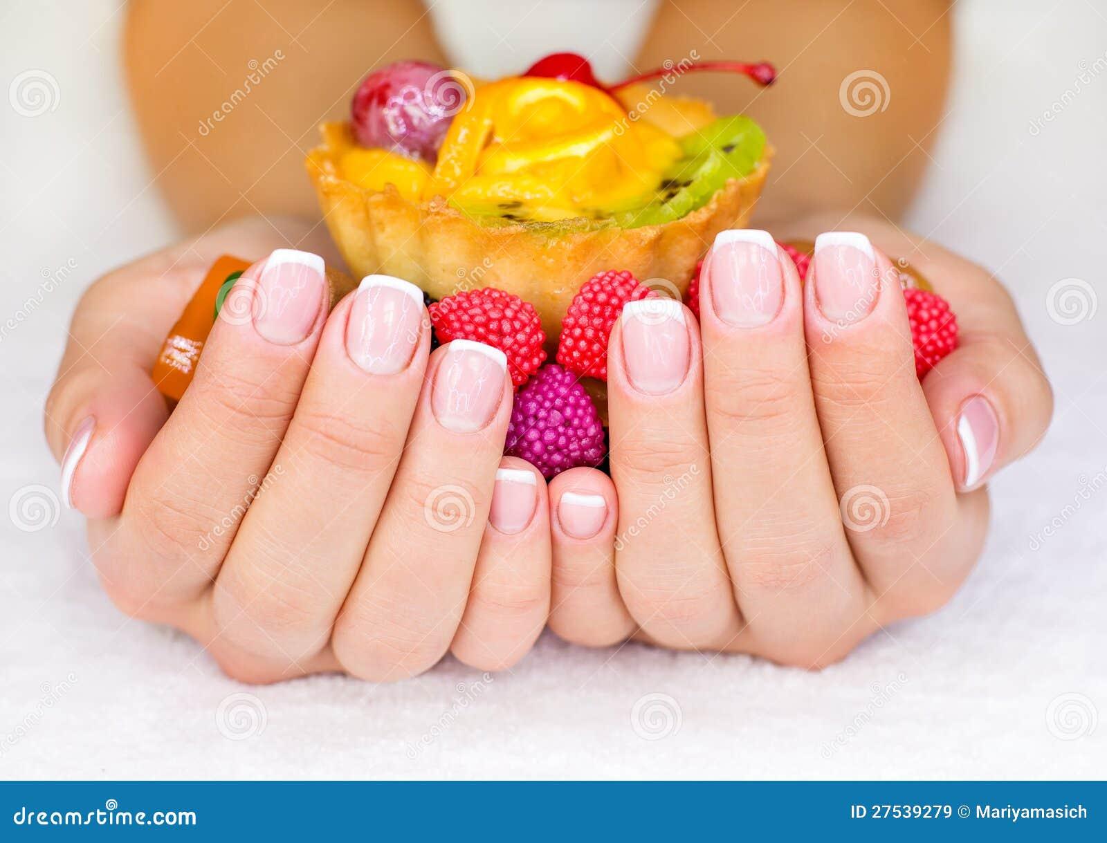 Franse manicure op de spijkers van de vrouw