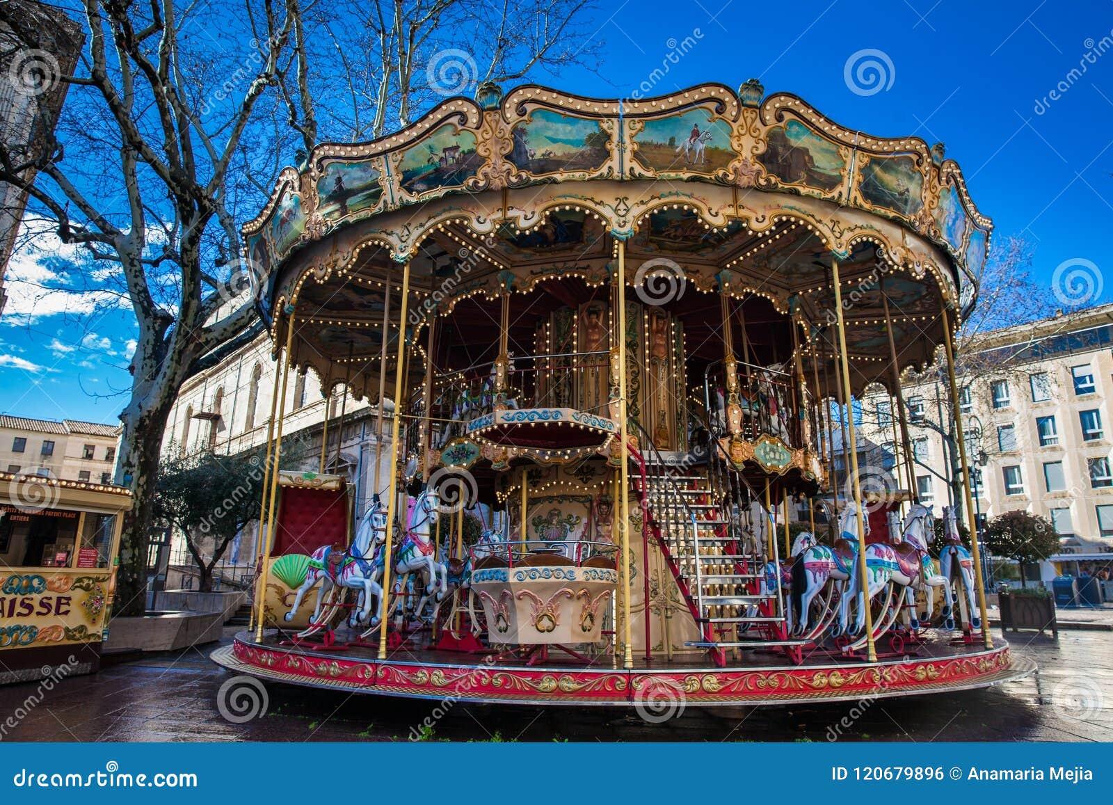 Fransk gammalmodig stilkarusell med trappa på stället de Horloge i Avignon Frankrike