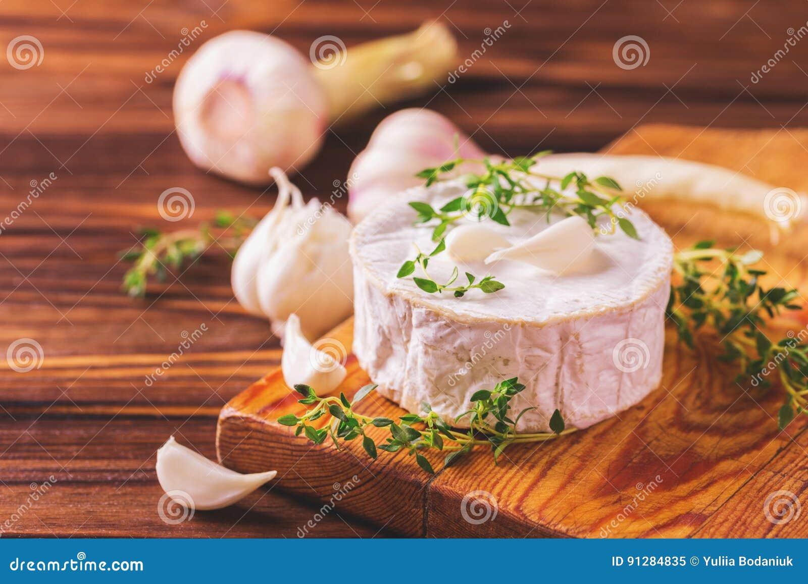 Fransk hemlagad camembertost med timjan och vitlök