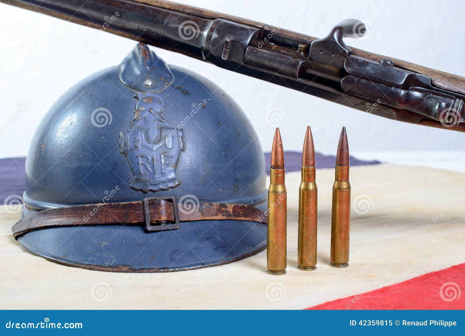 Fransk hjälm av det första världskriget med ett vapen på en röd vit b
