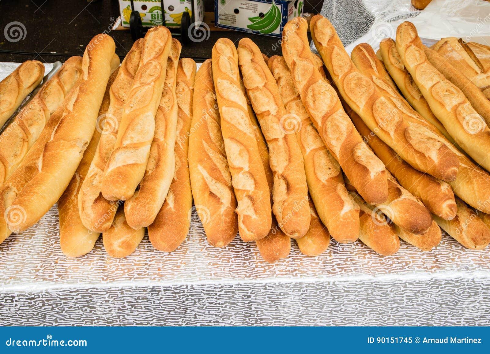 Franska Bagettspecialiteter Pa En Stall Marknadsfor I Frankrike Redaktionell Foto Bild Av Bagerit Avbrotts 90151745