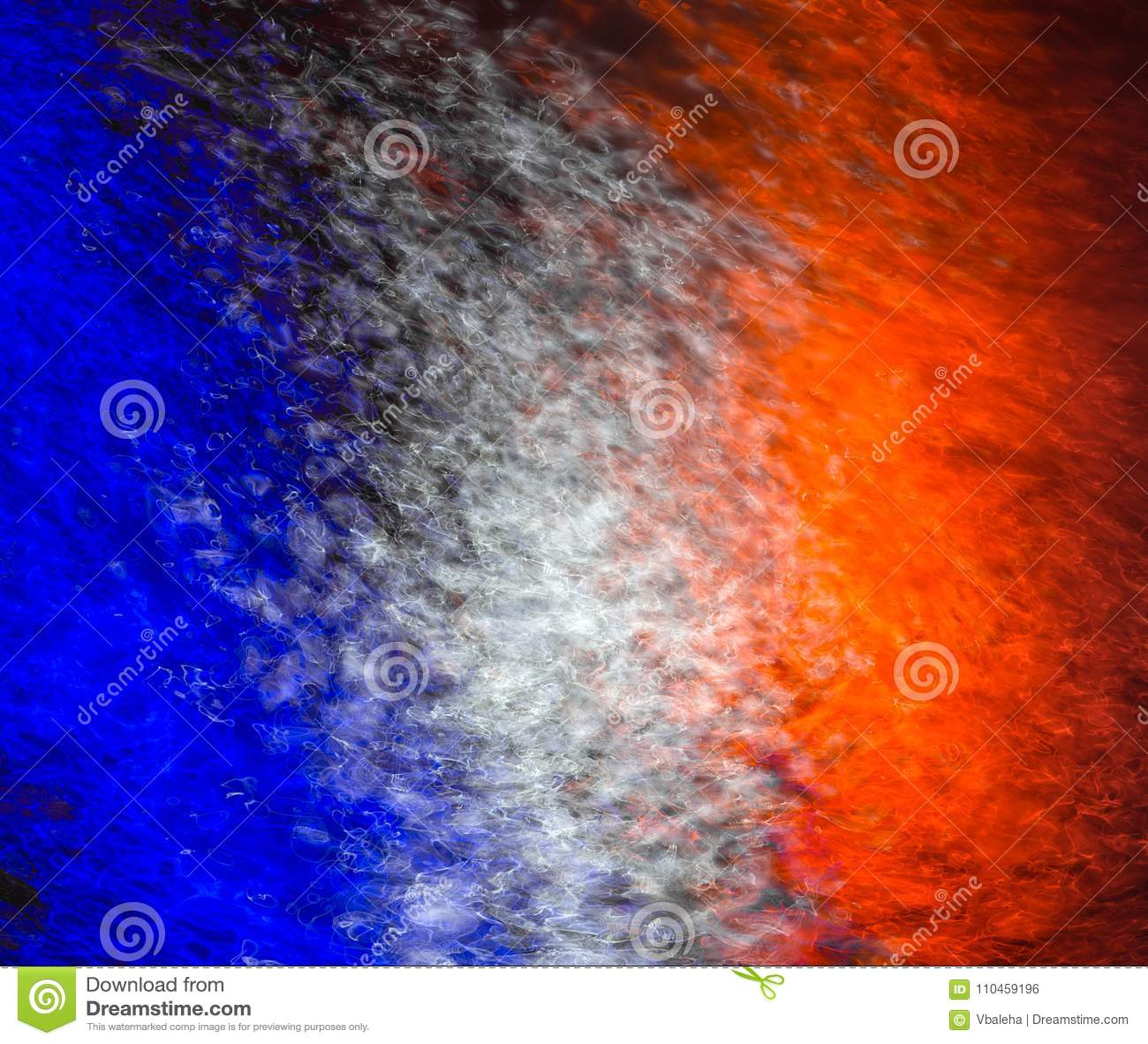 Franskaflagga som reflekterar på vattnet