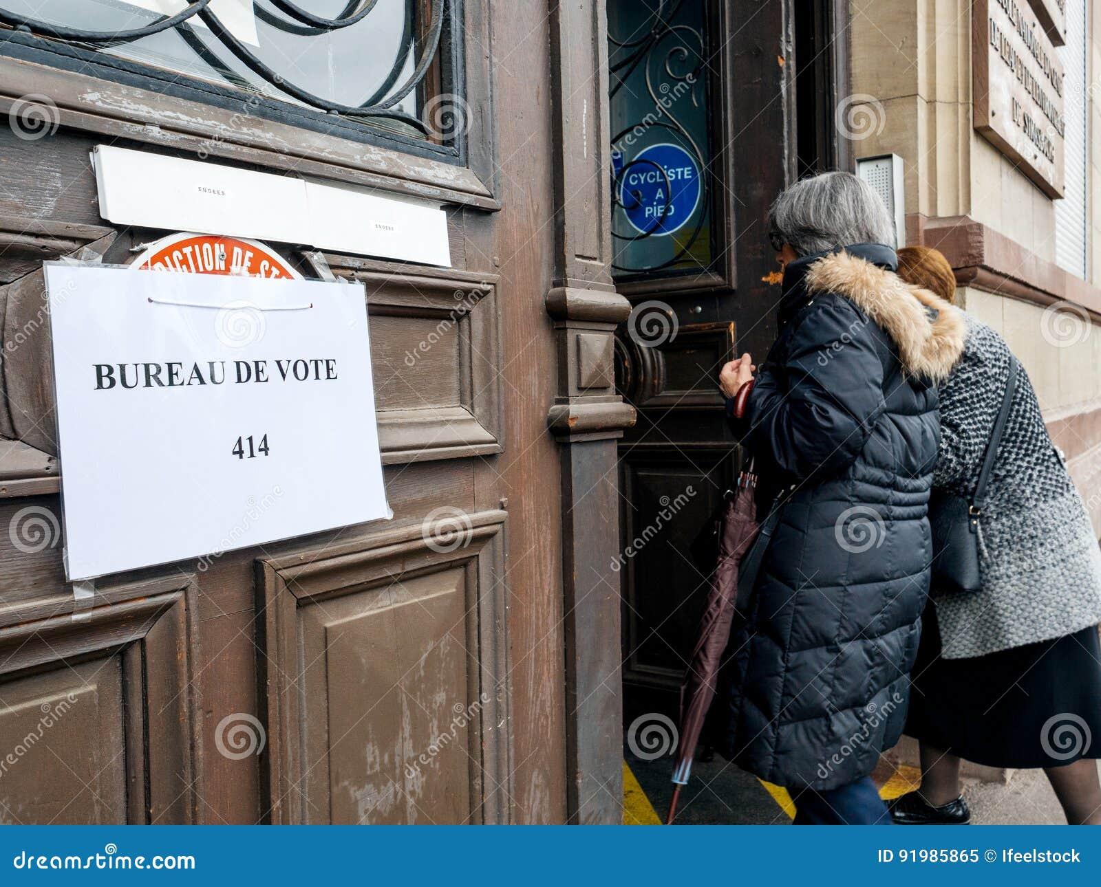 Französische ältere frauen die gehen wahllokal bureau de vote zu