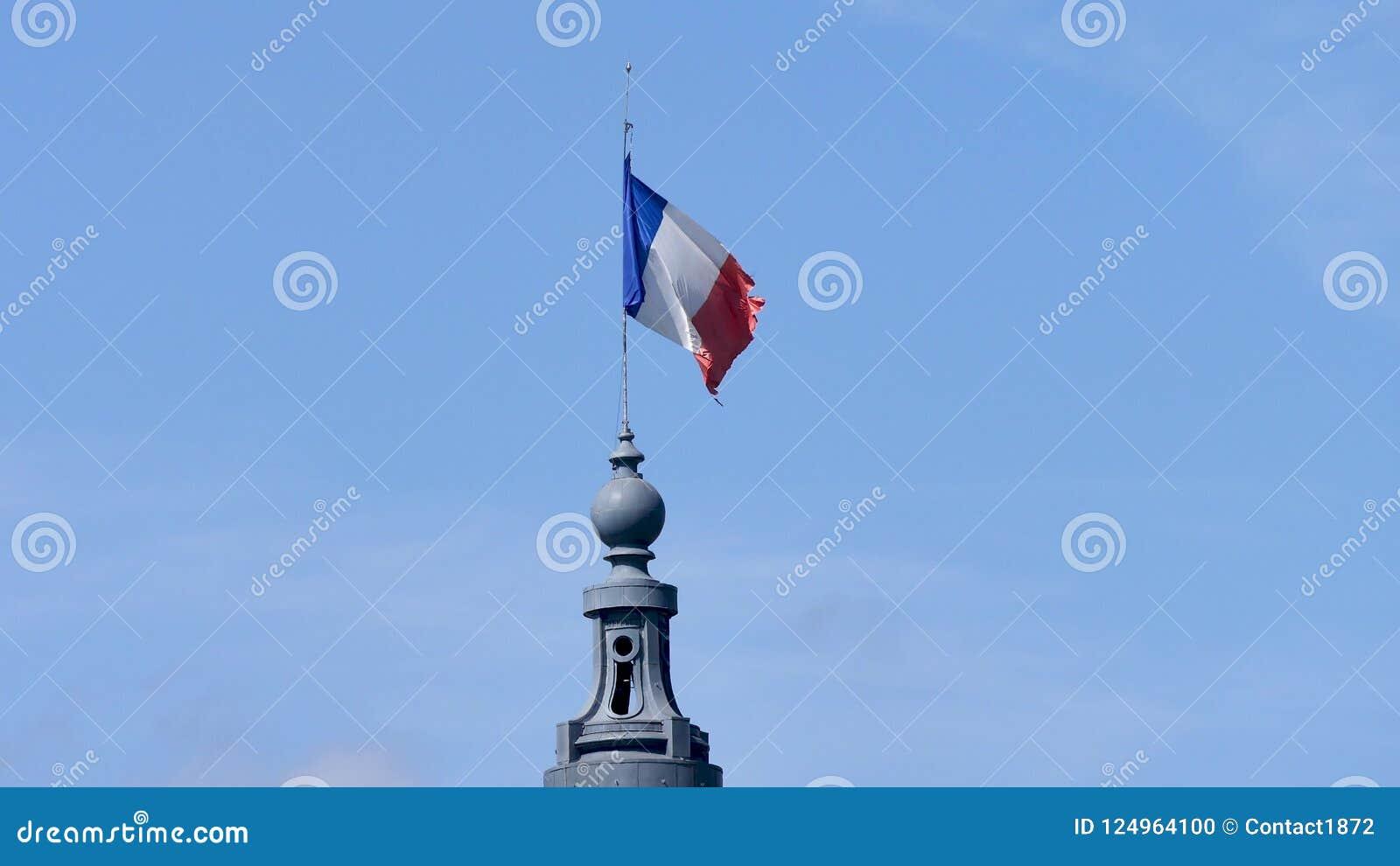 Französische Flagge in einem blauen Himmel stock footage