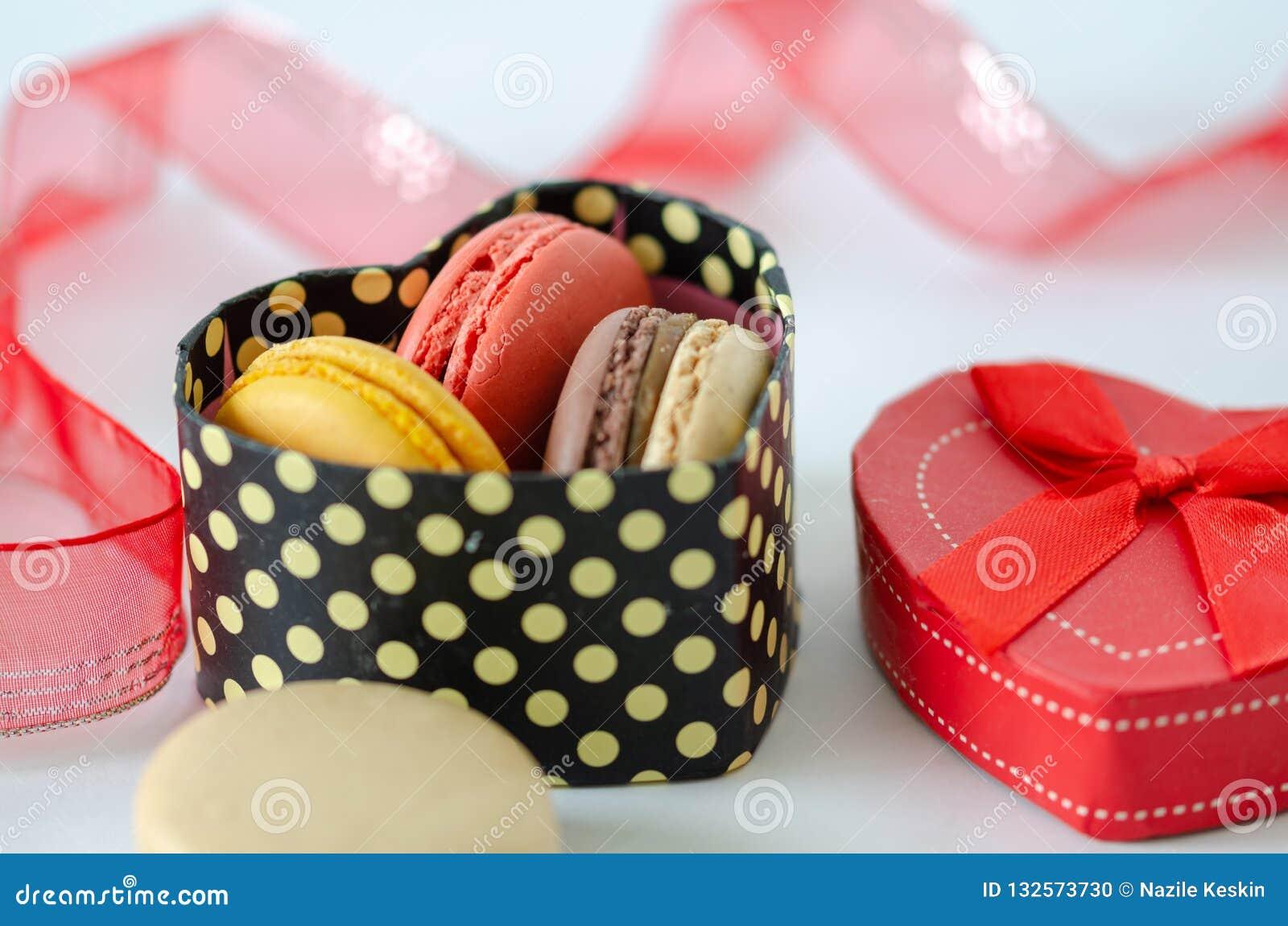 Französische Makronen sind in einer Geschenkbox, Valentinstag,