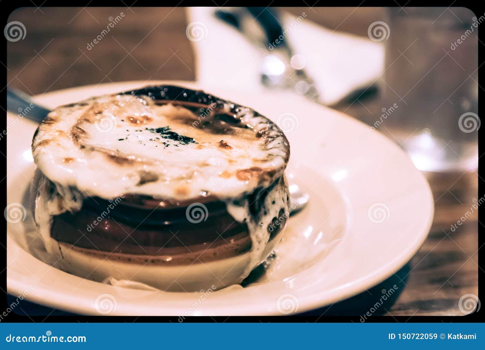 Französische Zwiebelsuppe in einem Topf