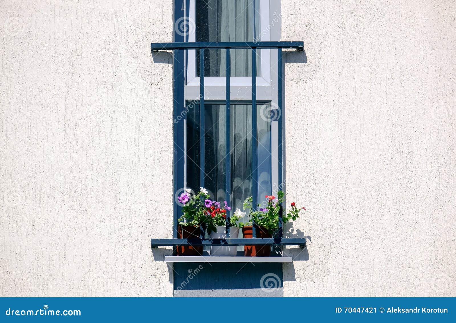Franzosischer Balkon Mit Blumen Im Weissen Haus Stockbild Bild Von