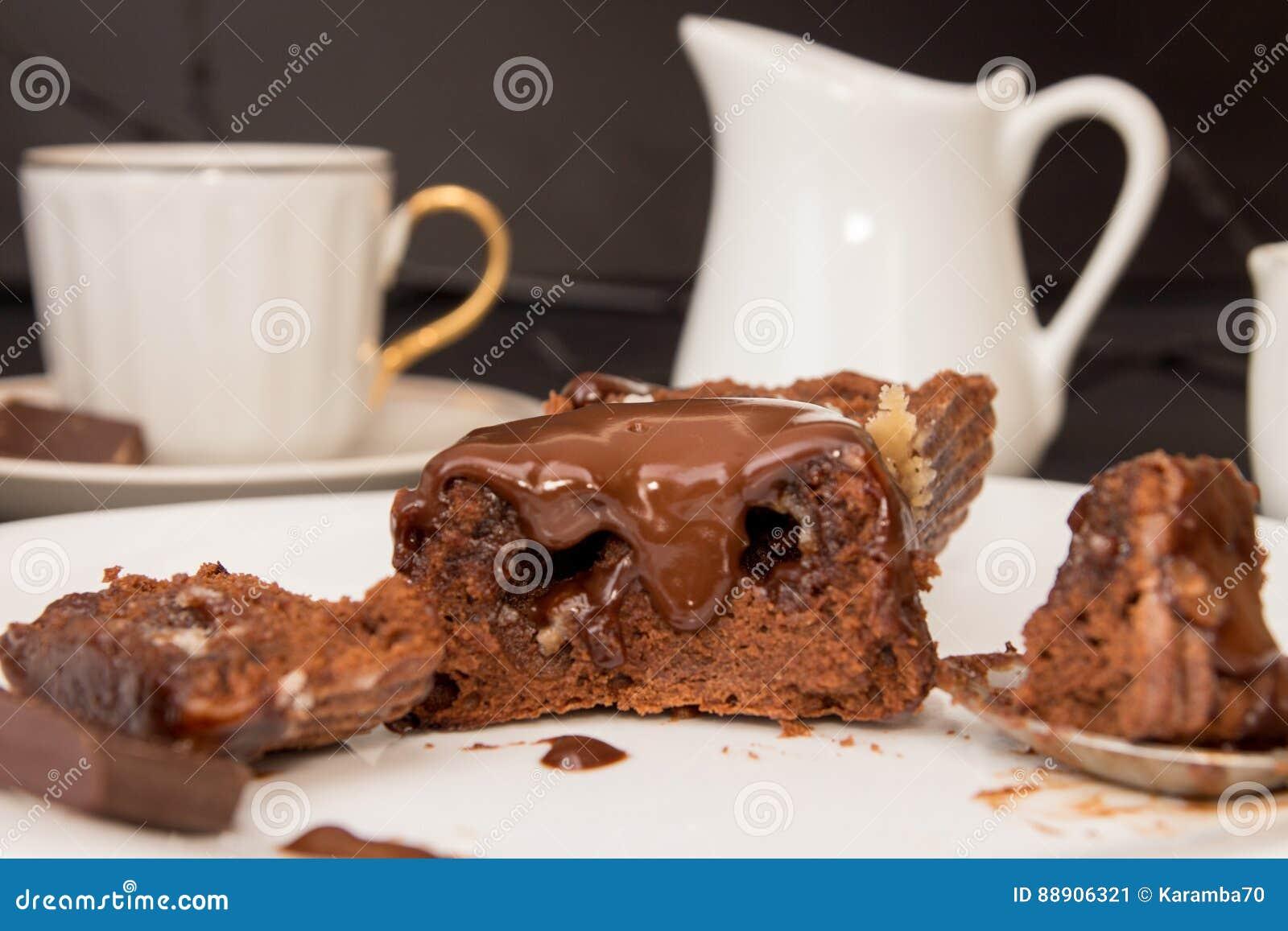 Französischer Nachtischkuchen MI-cuit Der Schokolade Auf Weißer ...