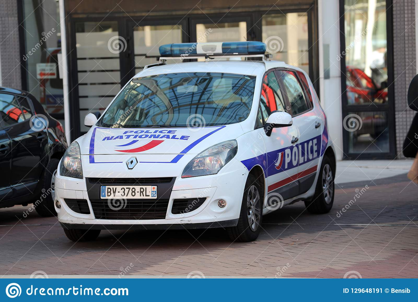 Französischer Polizeiwagen Parkplatz in Front Of The Police Station