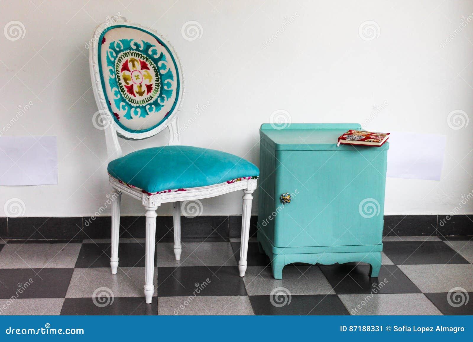 Franzosischer Stuhl Ein Nachttisch Stockbild Bild Von Gepolstert