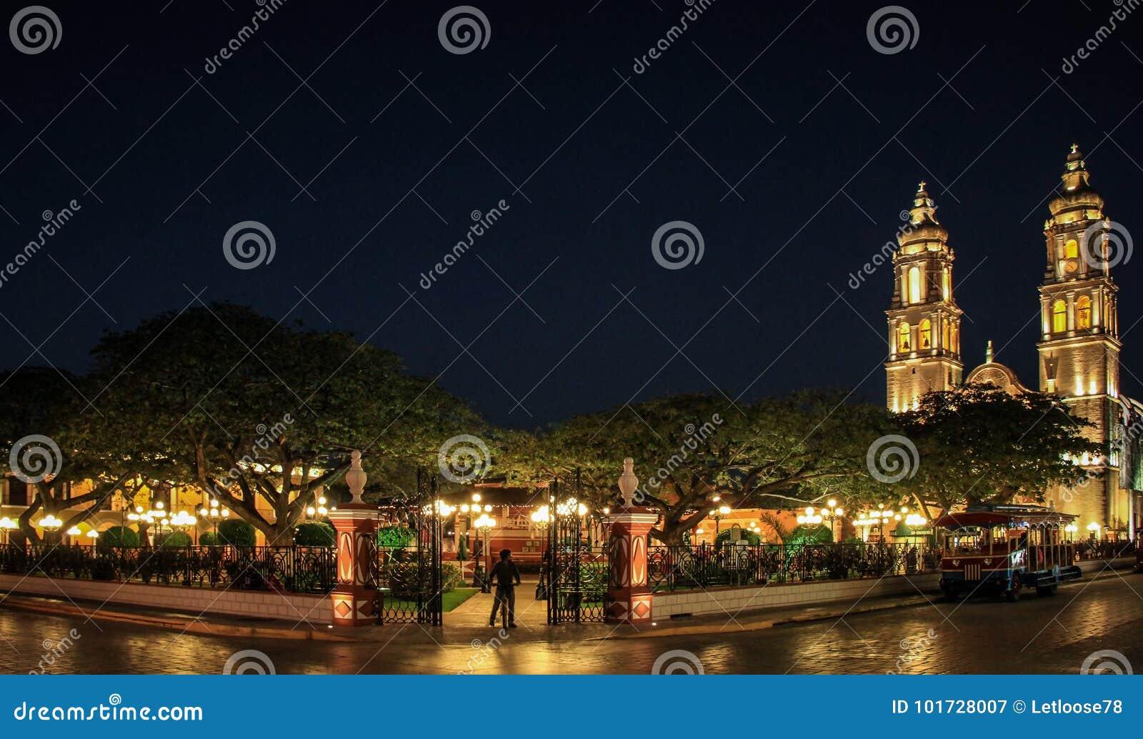 Franziskanerkathedrale und Central Park von Campeche bis zum Nacht, Campeche, Mexiko