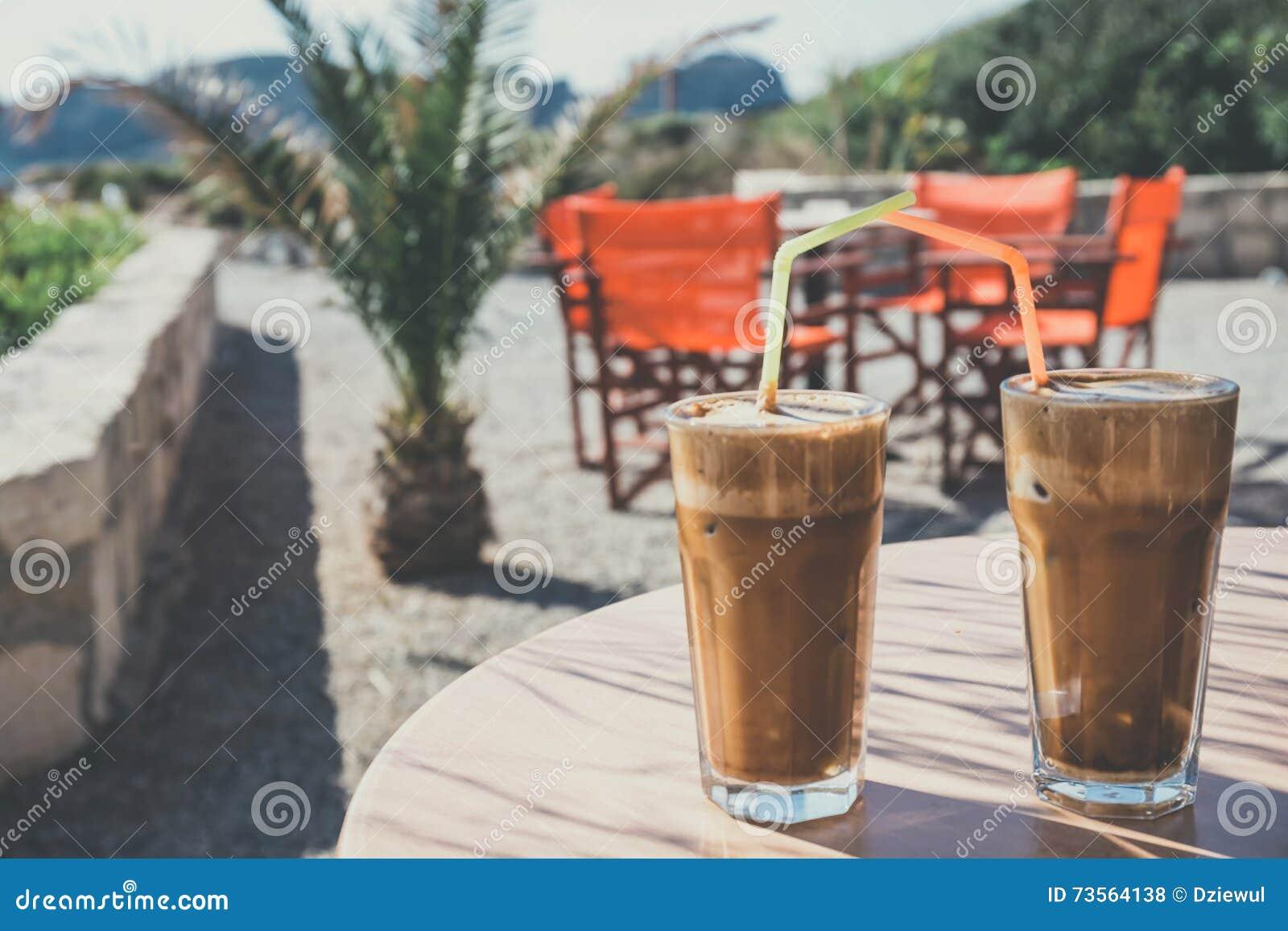 Frappe do café, culinária grega na tabela na praia