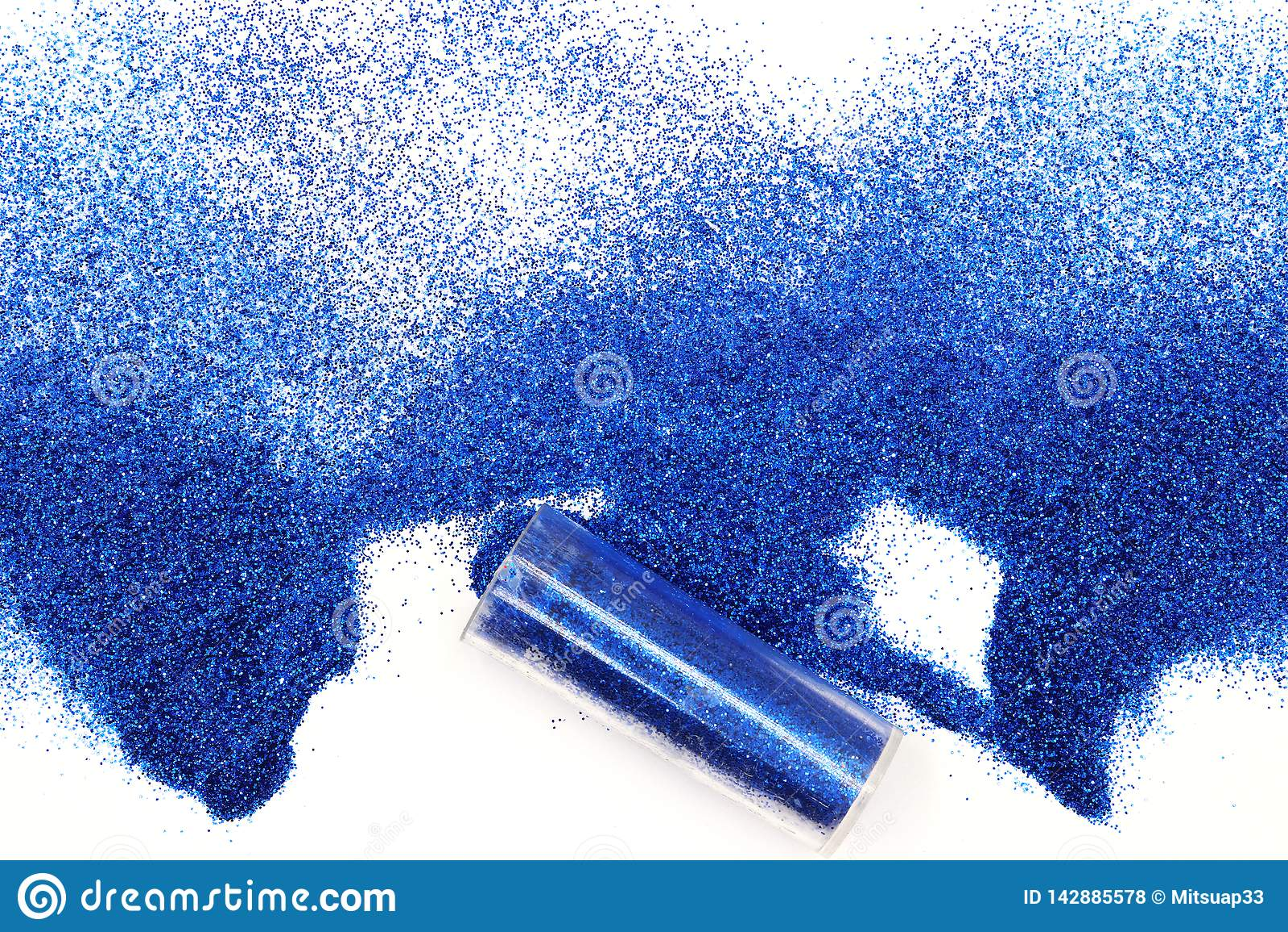 Frasco com o brilho azul derramado mágico, brilho azul celestial que derrama fora de um frasco isolado no fundo branco