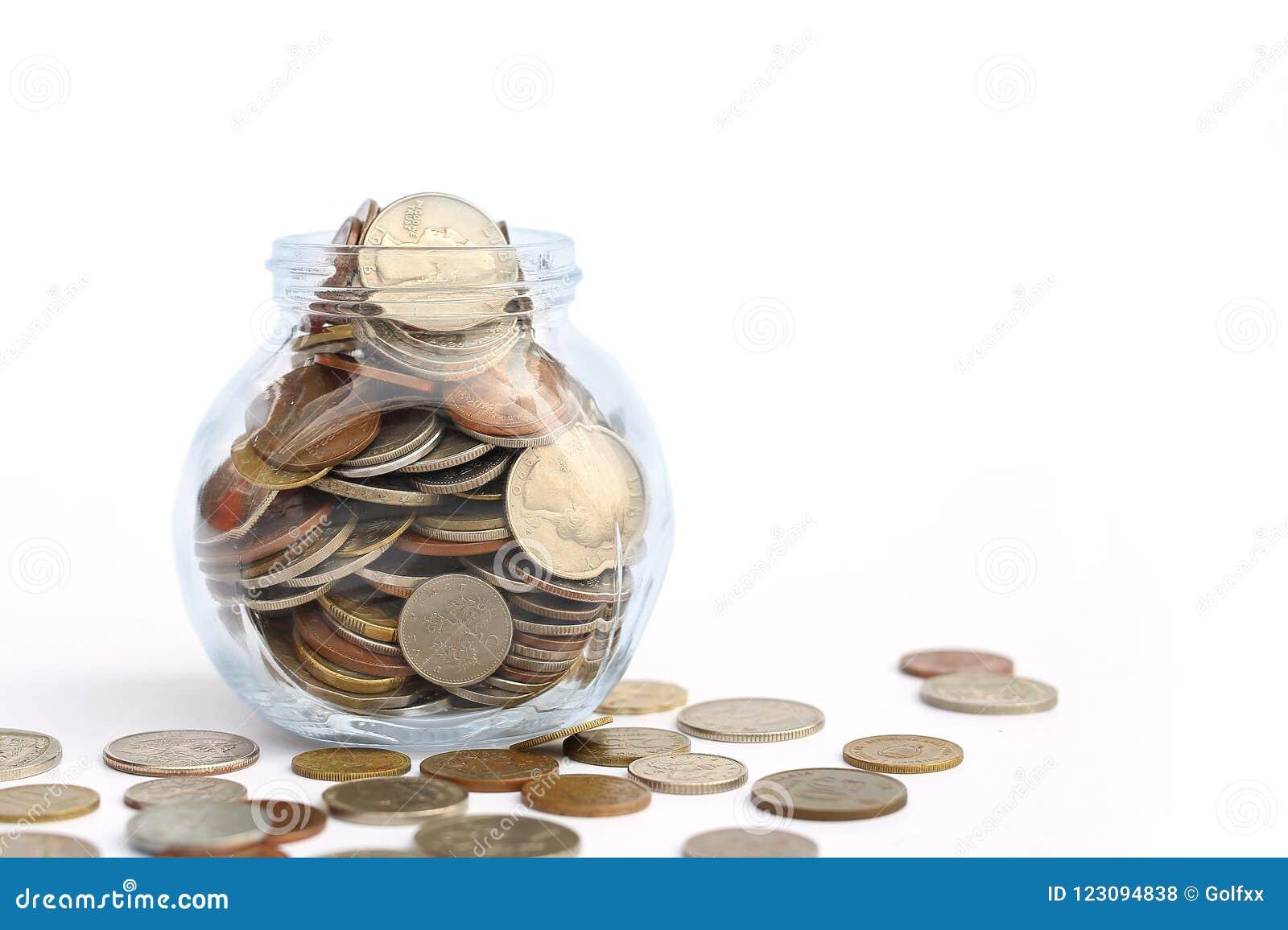 Frasco de transbordamento de moedas internacionais no fundo branco com espaço da cópia