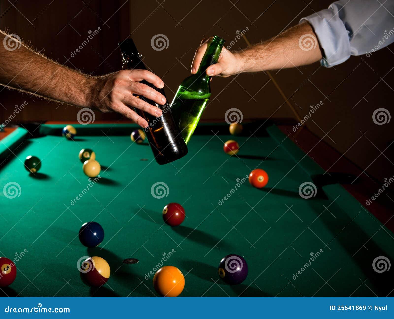 Frascos de cerveja Clinking no snooker