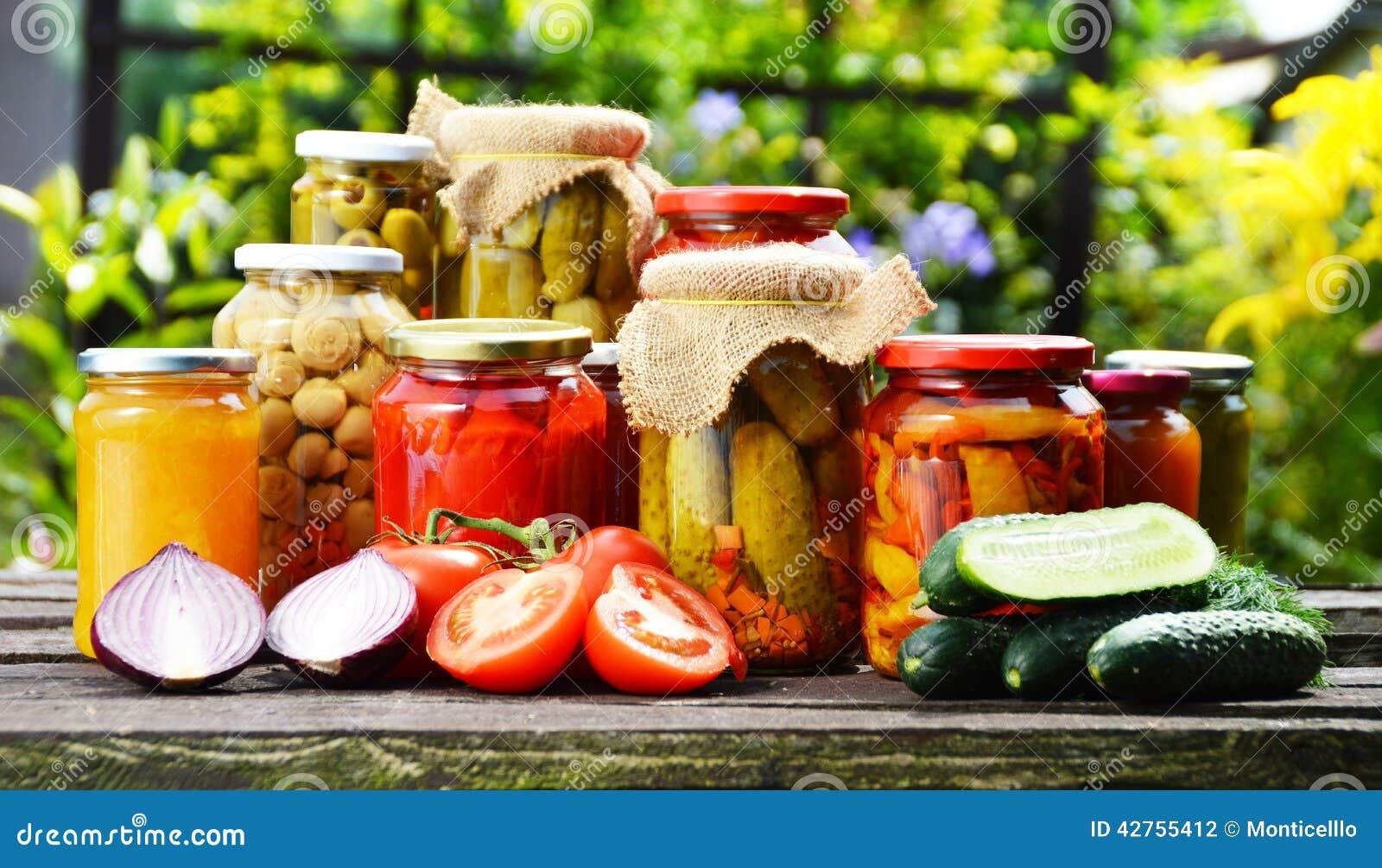 Frascos de vegetais conservados no jardim Alimento psto de conserva