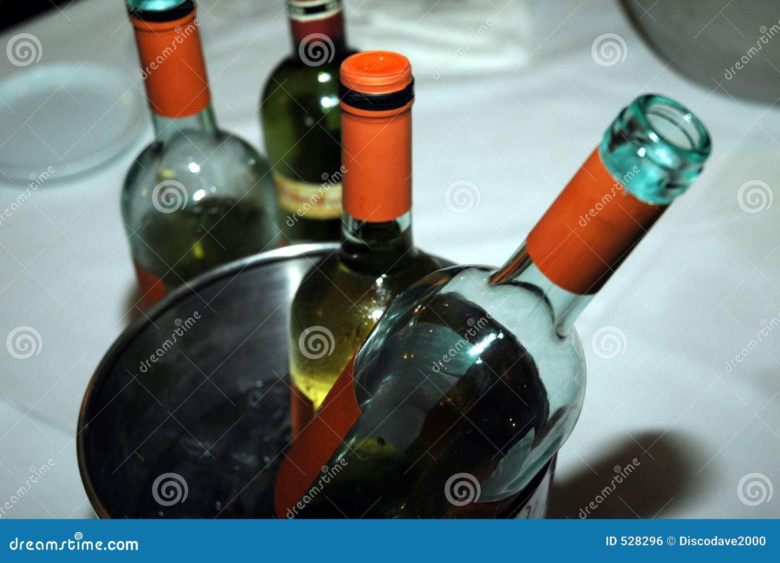 Frascos de vinho em um refrigerador em um restaurante