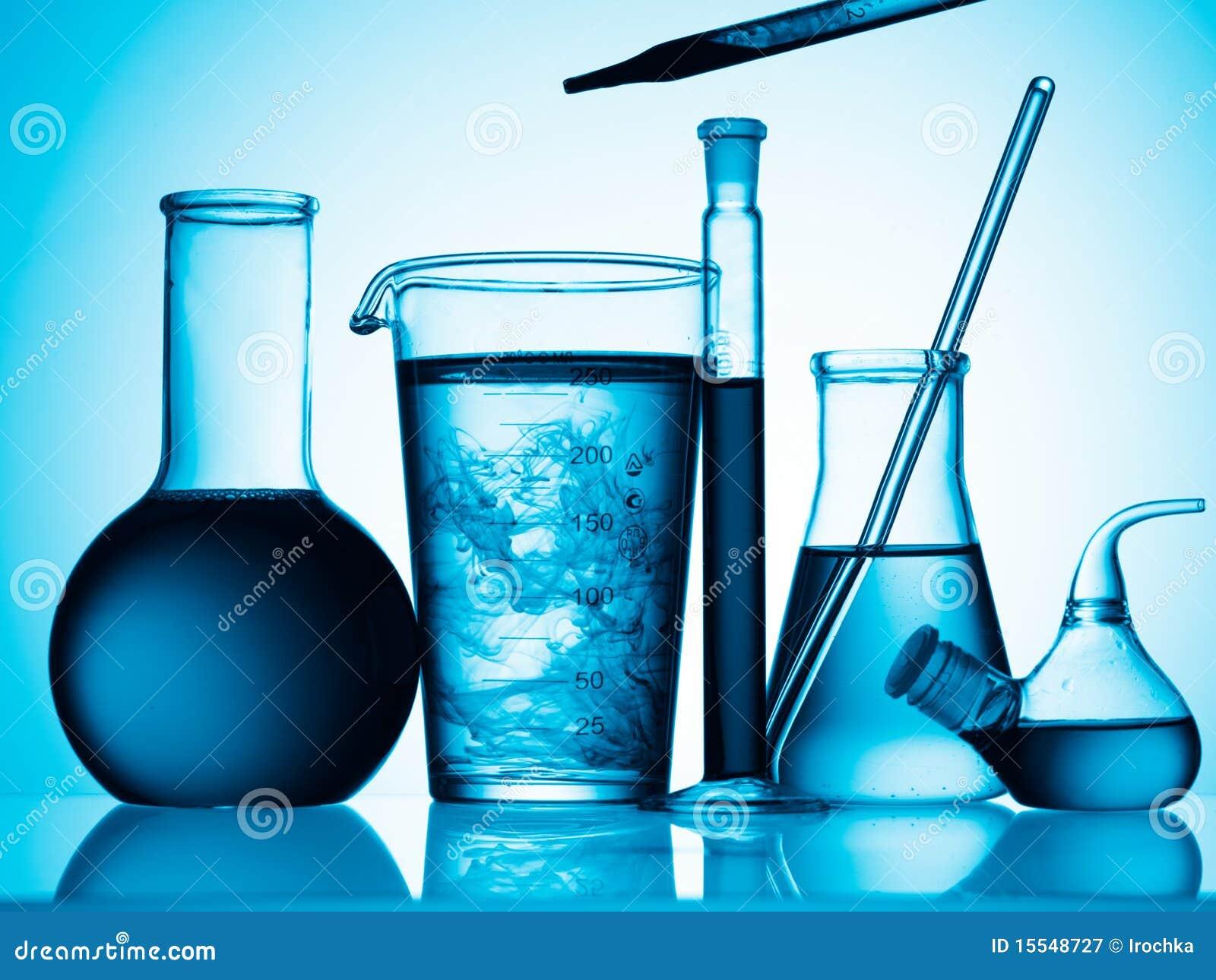 Frascos y tubos con el líquido